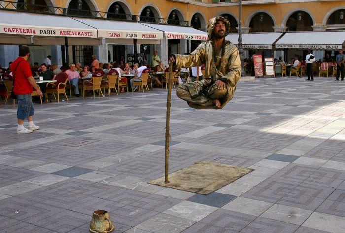 Трюк с человеком, парящим в воздухе (9 фото)