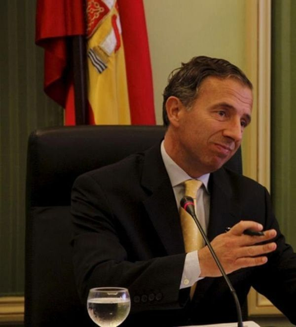 Министр Карлос Дельгадо с яичками оленя на голове (5 фото)