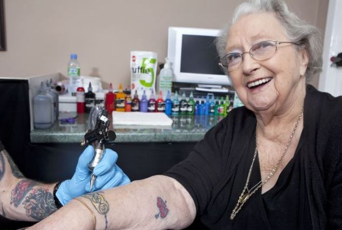 Старейшая жительница, которая не побоялась сделать тату (4 фото)