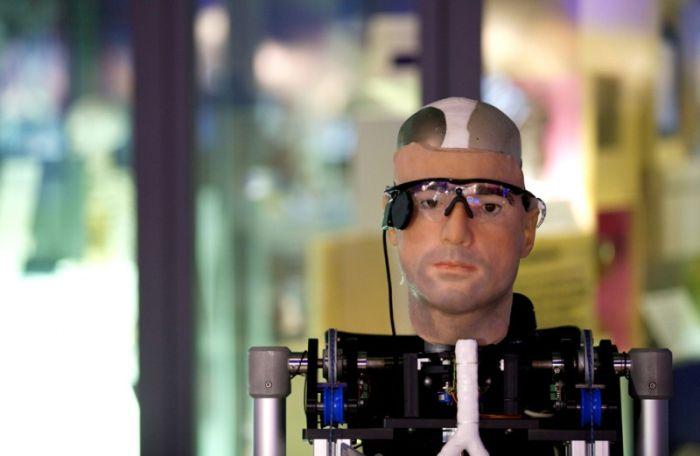 Первый в мире бионический человек-робот (5 фото)