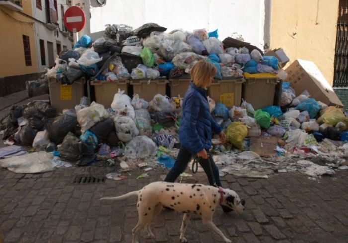 Вонючая забастовка мусорщиков (12 фото)