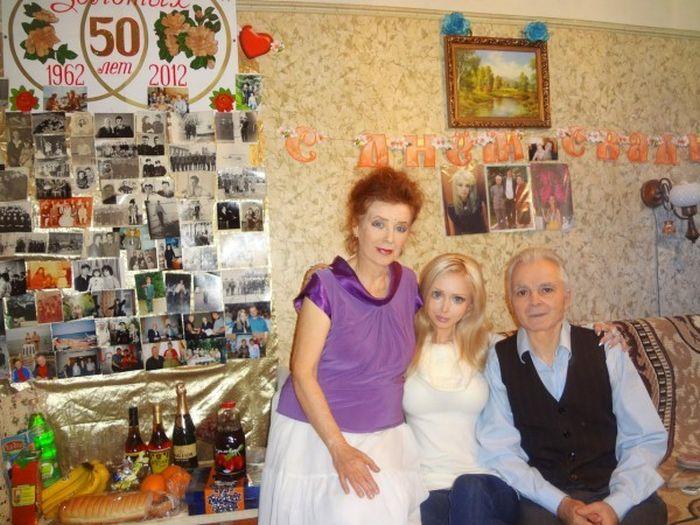 Девушка-Барби и ее семья (8 фото)