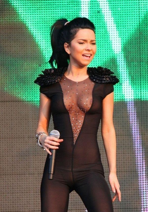 голые певицы на сцене онлайн: