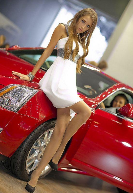 Девушки фото у автомашин