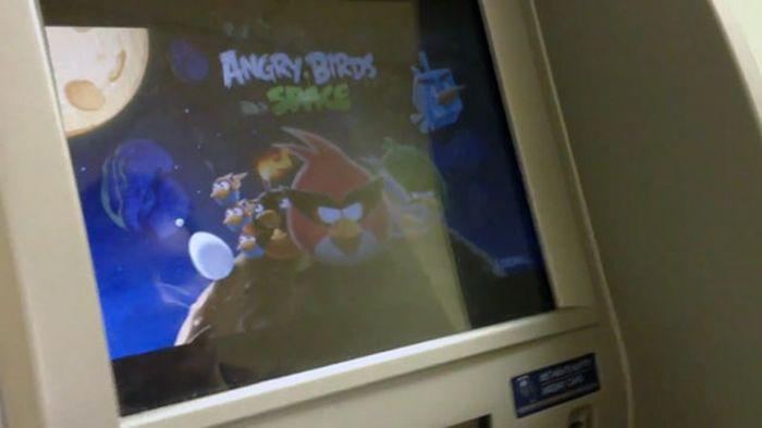 Как российские хакеры играли в Angry Birds на банкомате (1 фото + 2 видео)