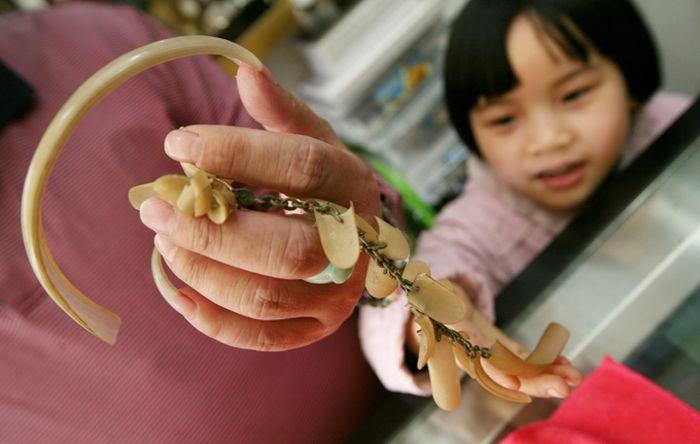 Китаец 20 лет отращивает ноготь и делает из него ожерелье (7 фото)