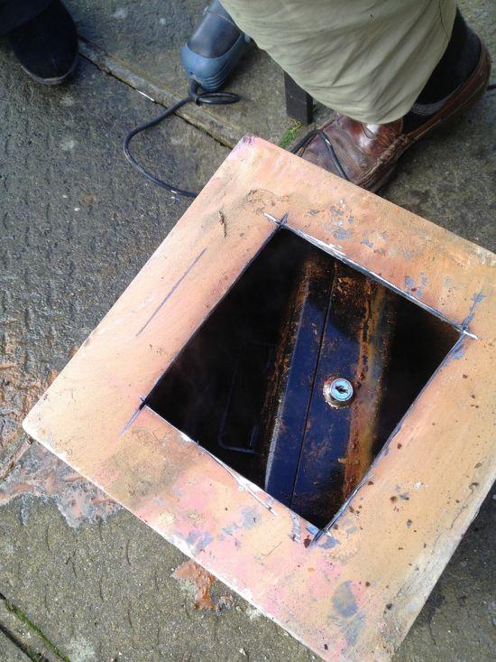 Удивительный сейф под полом, скрывающий секрет (5 фото)