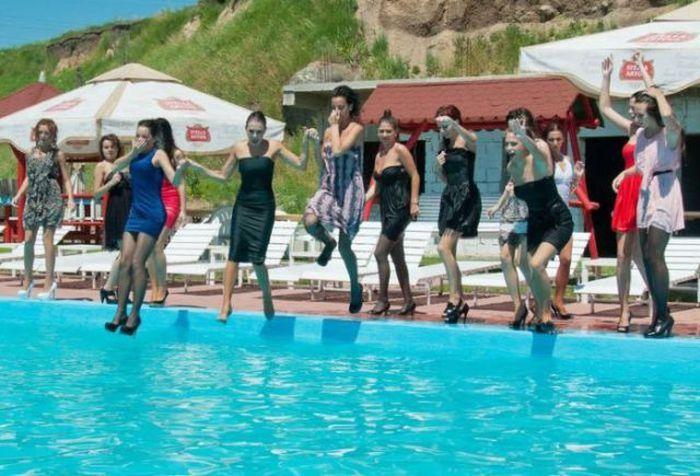 Девушки купаются, не снимая одежду (34 фото)