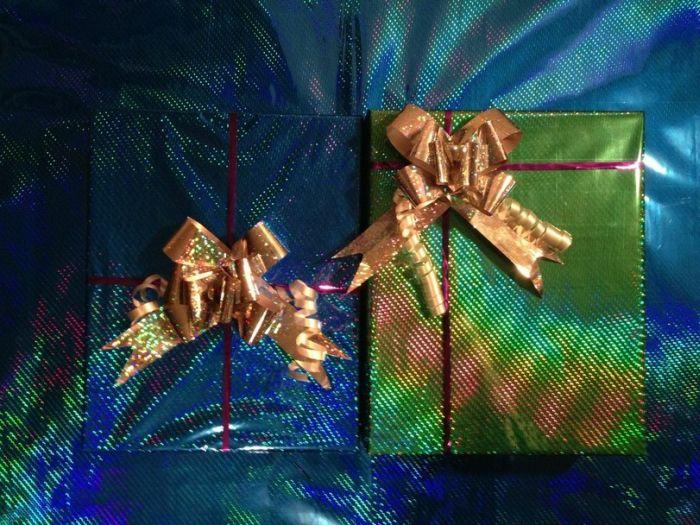 Дарим подарок, троллим девушку (5 фото)