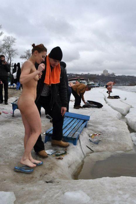Украинские нудисты провели водокрещение (33 фото)