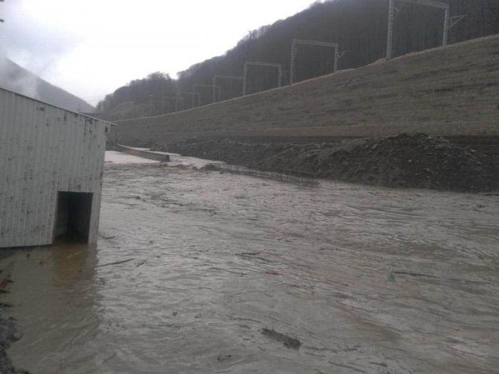 Из-за дождя была повреждена дамба в Сочи (5 фото + видео)
