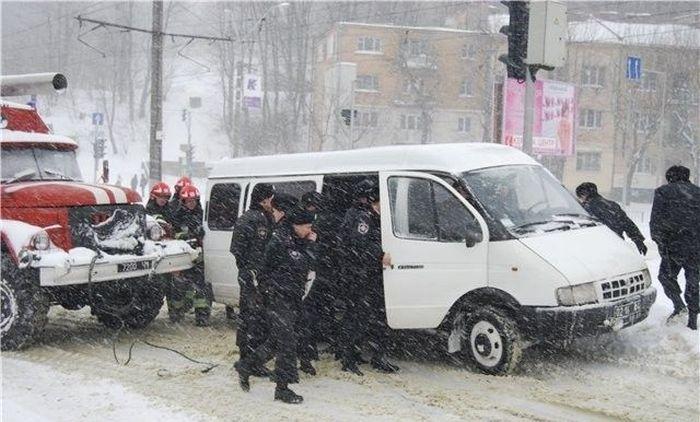 Как сотрудники МЧС Газель вытаскивали (5 фото)