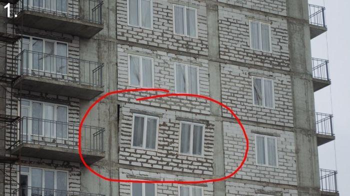 Недостроенный дом уже начал рушиться (2 фото)