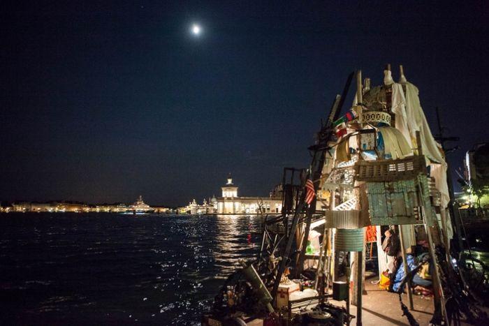 Плоты из мусора путешествуют по Европе (19 фото)