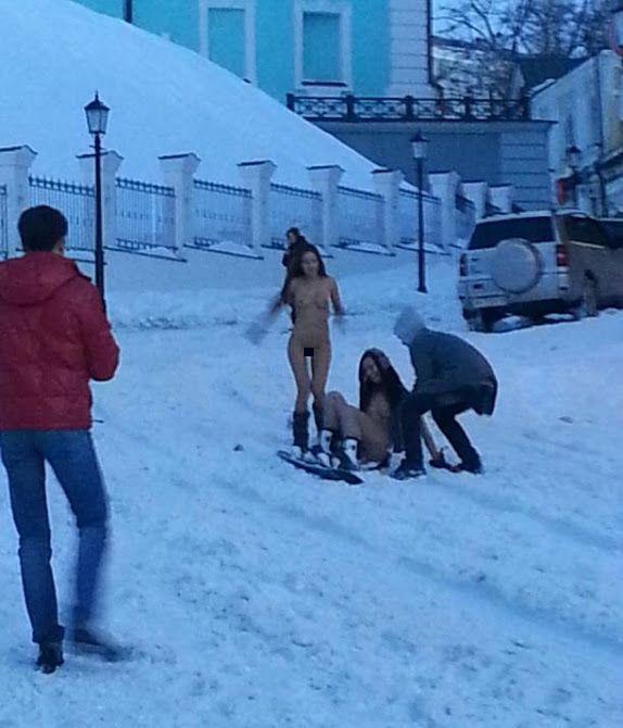Голые сноубордистки прокатились прокатились в центре Киева (4 фото + видео)