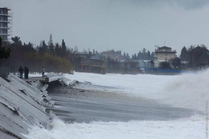 Шторм развалил инженерную защиту в Сочи (42 фото)