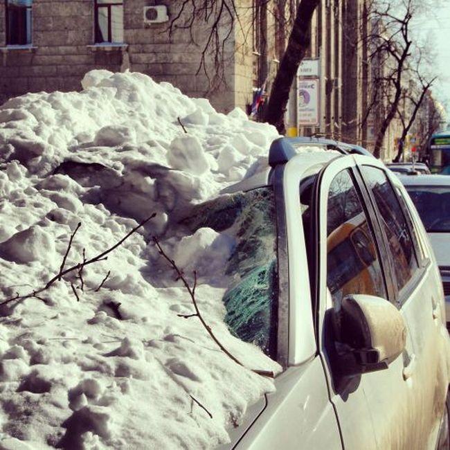 Ледяная глыба раздавила автомобиль (4 фото + видео)