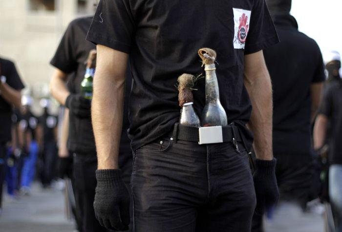 Оппозиционер загорелся из-за неосторожности с бензиновой бомбой (8 фото)