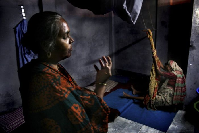 Как принимают роды в трущобах Бангладеш. Жесть (12 фото)