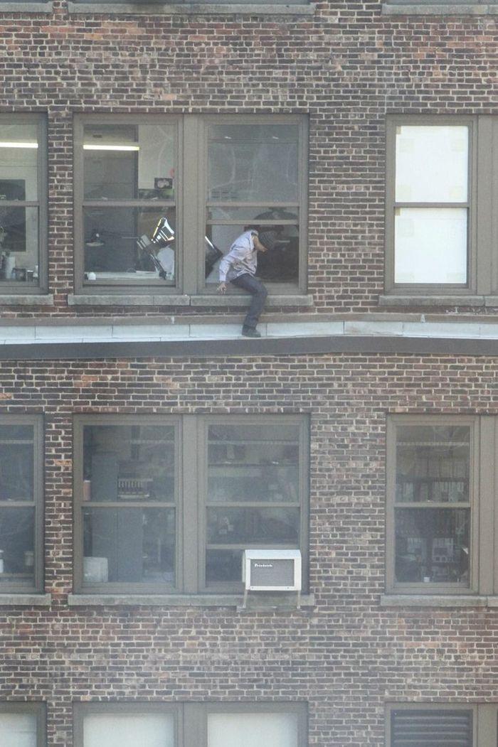Опасный способ покурить, не выходя из офиса (6 фото)