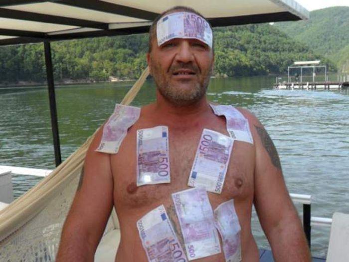 Житель Румынии, который резко разбогател (15 фото)