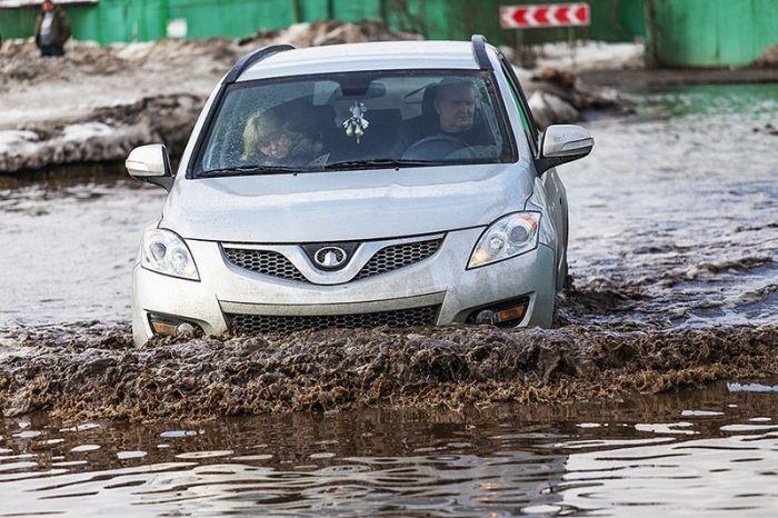 Гигантская московская лужа не помеха для наших автовладельцев (14 фото)