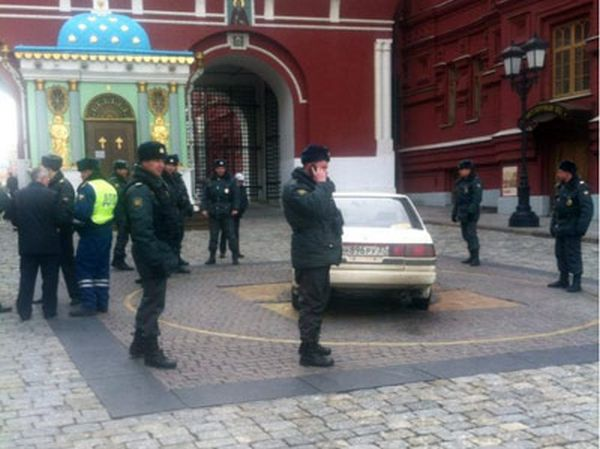 Водителя, заехавшего на Красную площадь, забрали в психушку (2 фото + видео)