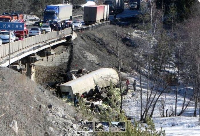"""Два груженных автомобиля """"КамАЗ"""" упали с моста (3 фото + видео)"""