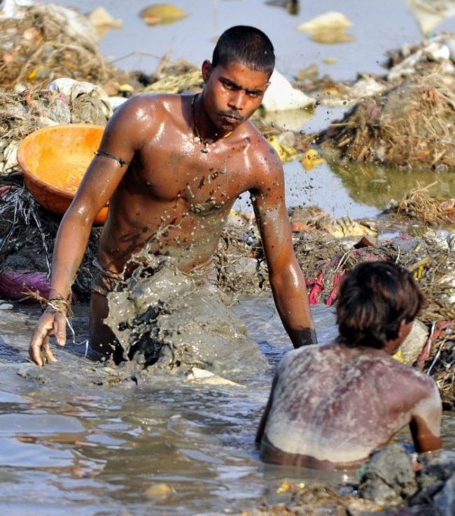 Поиск монет в мутных водах Ганга после самого большого в мире фестиваля (9 фото)