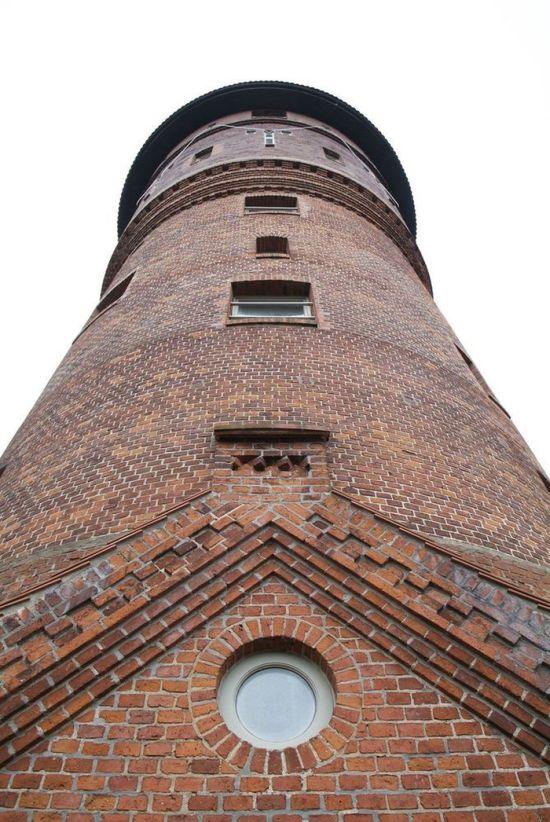 Шикарный частный дом из старой водонапорной башни (17 фото)
