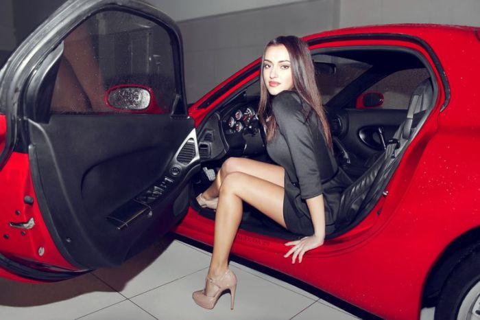 Симпатичные девушки и крутые автомобили (103 фото)