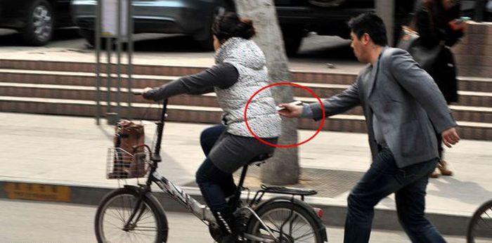 Как китайские карманники используют палочки для еды (4 фото)