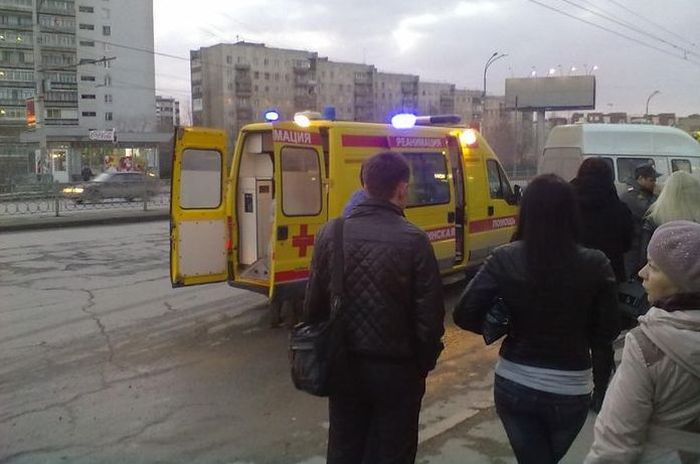 Пьяный водитель влетел в автобусную остановку в Екатеринбурге (7 фото + видео)