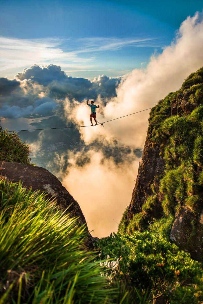 Опасная прогулка по канату над Рио-де-Жанейро (10 фото)