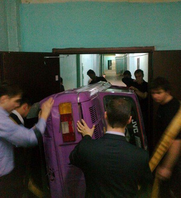 Оренбургские студенты решили пошутить (2 фото)