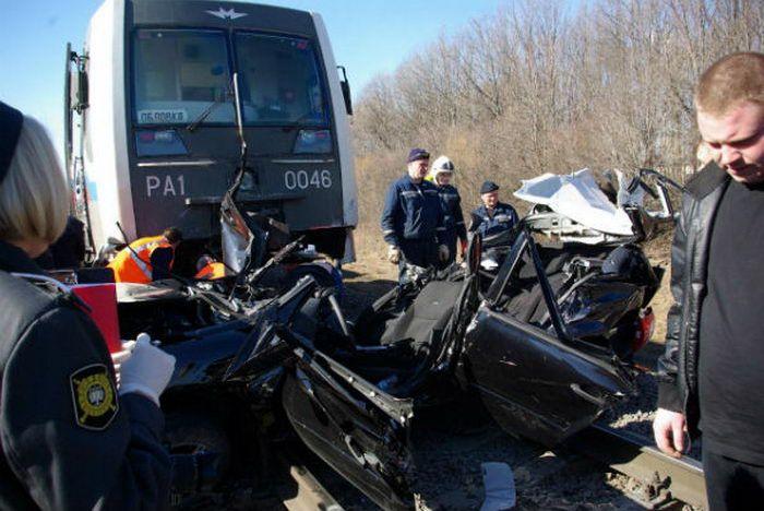 Поезд vs Lada Kalina - двое раненых и двое погибших (10 фото + видео)