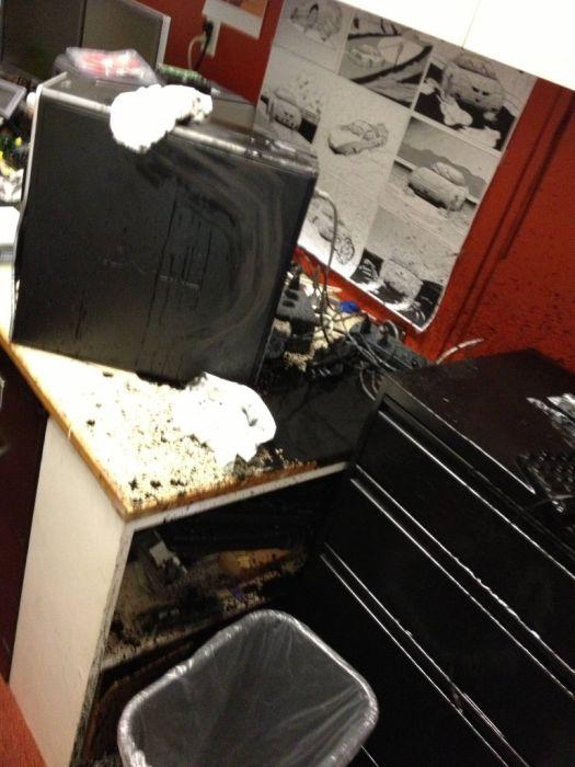 Когда офис затапливает черной жидкостью (35 фото)