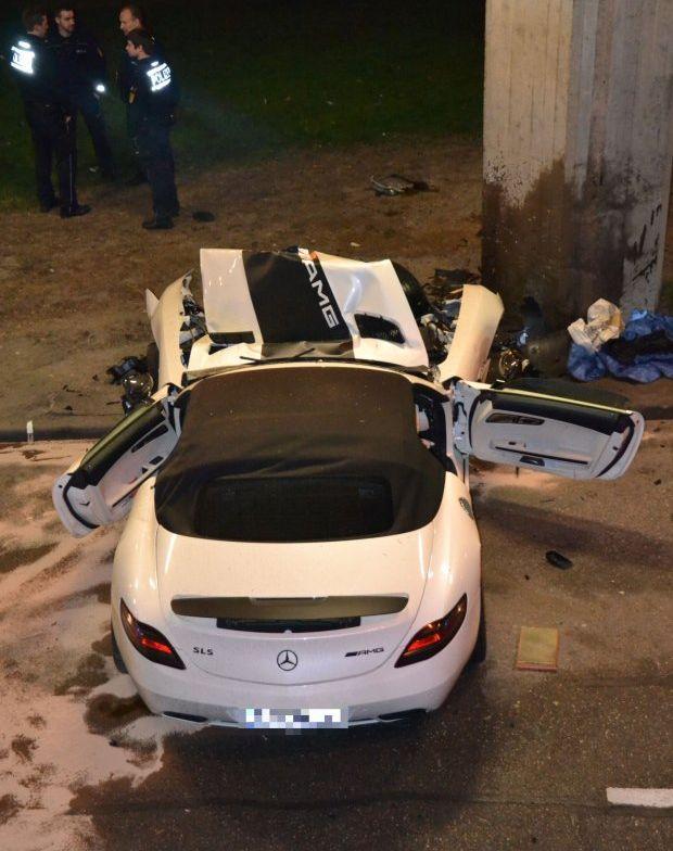 Жуткая авария суперкара Mercedes-Benz SLS AMG Roadster (7 фото)