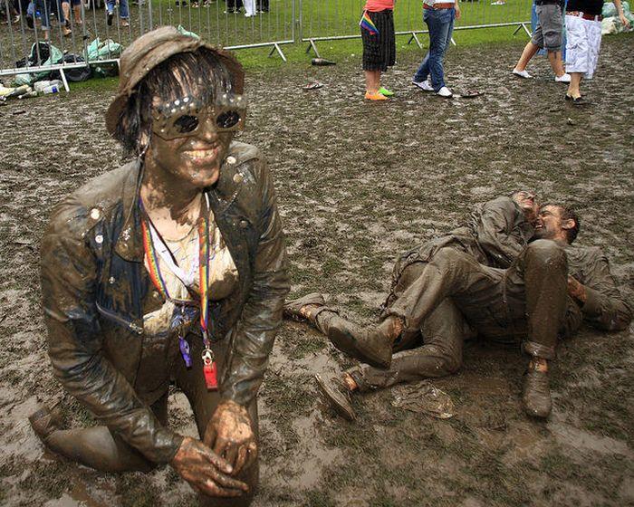 Сексуальные девушки по колено в грязи (40 фото)