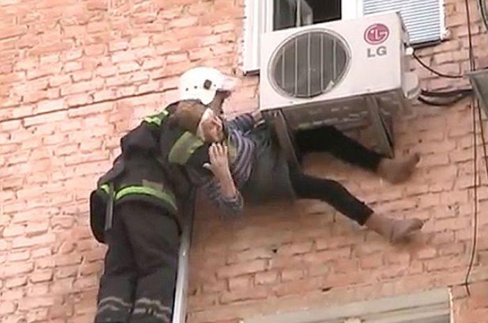 97-летняя старушка выпала из окна и спаслась благодаря кондиционеру (7 фото + видео)