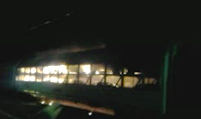 Десять новых иномарок сгорело в вагоне товарного поезда (1 фото + видео)