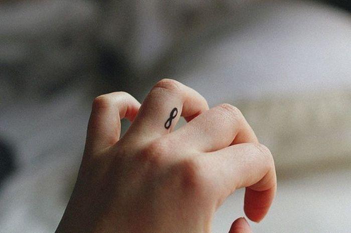 Тату знак бесконечности на пальце