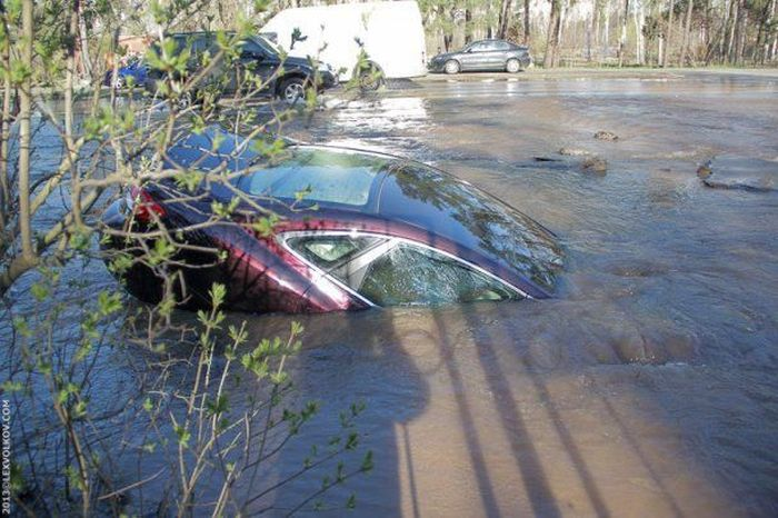 В Киеве под асфальт нырнул автомобиль (8 фото)