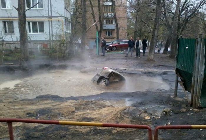 В Самаре под асфальт провалилась Лада Калина (4 фото)