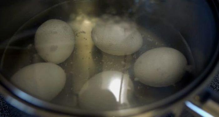 Делаем омлет, не разбивая яйцо (7 фото)