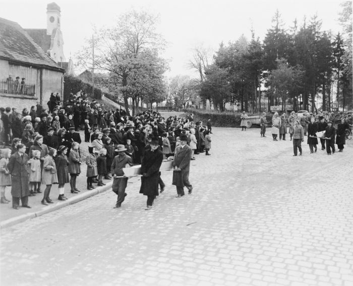 Немцы участвовали в захоронении русских солдат (32 фото)