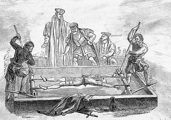 Жуткие способы казни использовавшиеся всего 100 лет назад (15 фото)