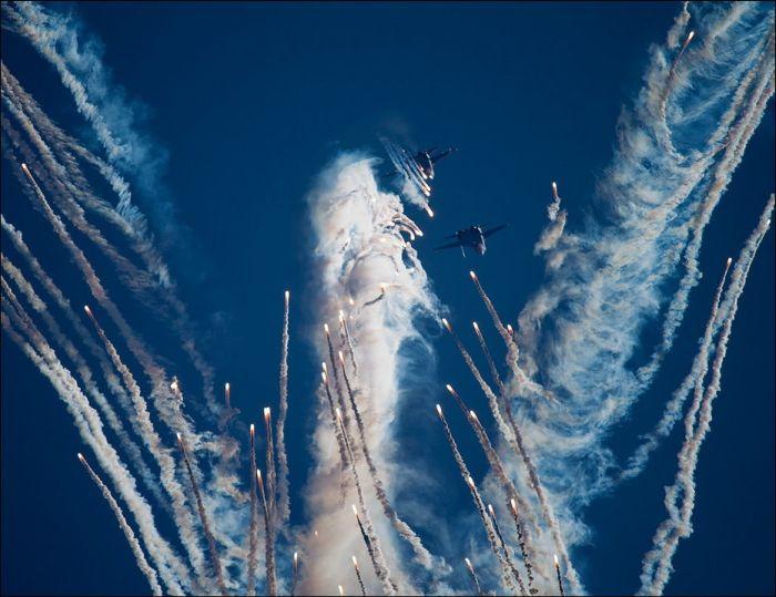«Русские Витязи» нарисовали в небе фигуру ангела (7 фото)