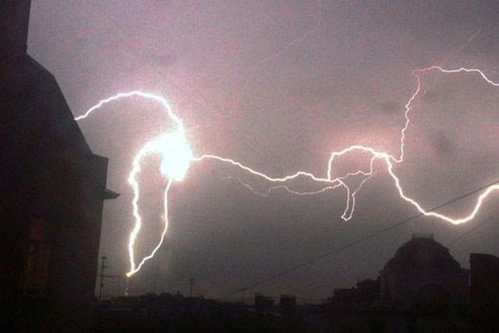 Сильная гроза в Питере нарушила работу 90 светофоров и передатчиков телевышки (2 фото + видео)