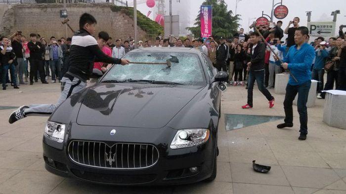 Недовольный владелец разбил свой Maserati вдребезги (9 фото + видео)